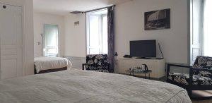 Chambre d'hôtes avec 2 lits et télévision à Besse