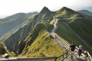 Randonneurs au sommet du Puy de Sancy en Auvergne