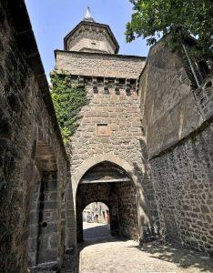 Visitez le village médiéval de Besse et son Beffroi dans le Sancy