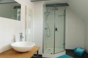 Salle de bain Delyza, chambre d'hôtes à Besse, avec douche