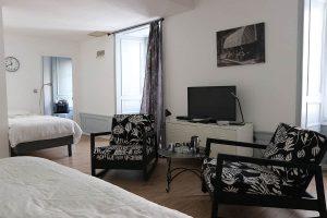 Chambre d'hôte Aaisa, à Besse dans le Sancy, avec 2 lits et télévision
