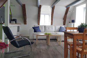 Appartement à louer à Besse en Auvergne, salon et cuisine