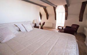 Lit king-size chambre d'hôtes Aaisa à Besse en Auvergne