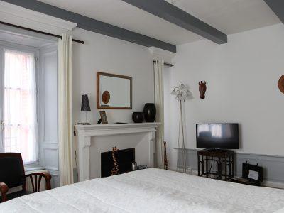 Vue lit et télévision chambre Jozéphina