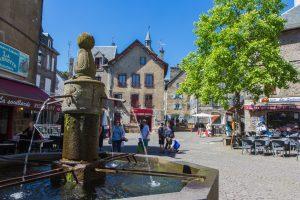 Fontaine et ambiance dans les ruelles de Besse
