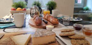 Petit-déjeuner avec saint-nectaire et produits locaux à Besse