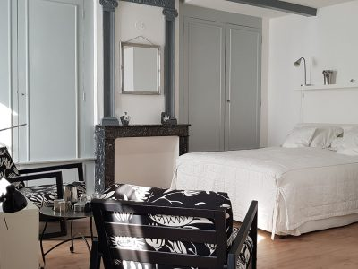 King-size bed and chimney, guest-house in Auvergne