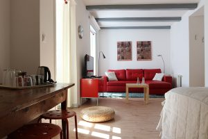 Suzanna room with living-room, king-size bed and television