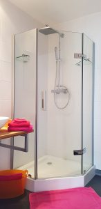 Suzanna bathroom with shower, guest-house in Besse